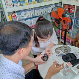 đo chỉ số đường huyết bằng máy đo tiểu đường